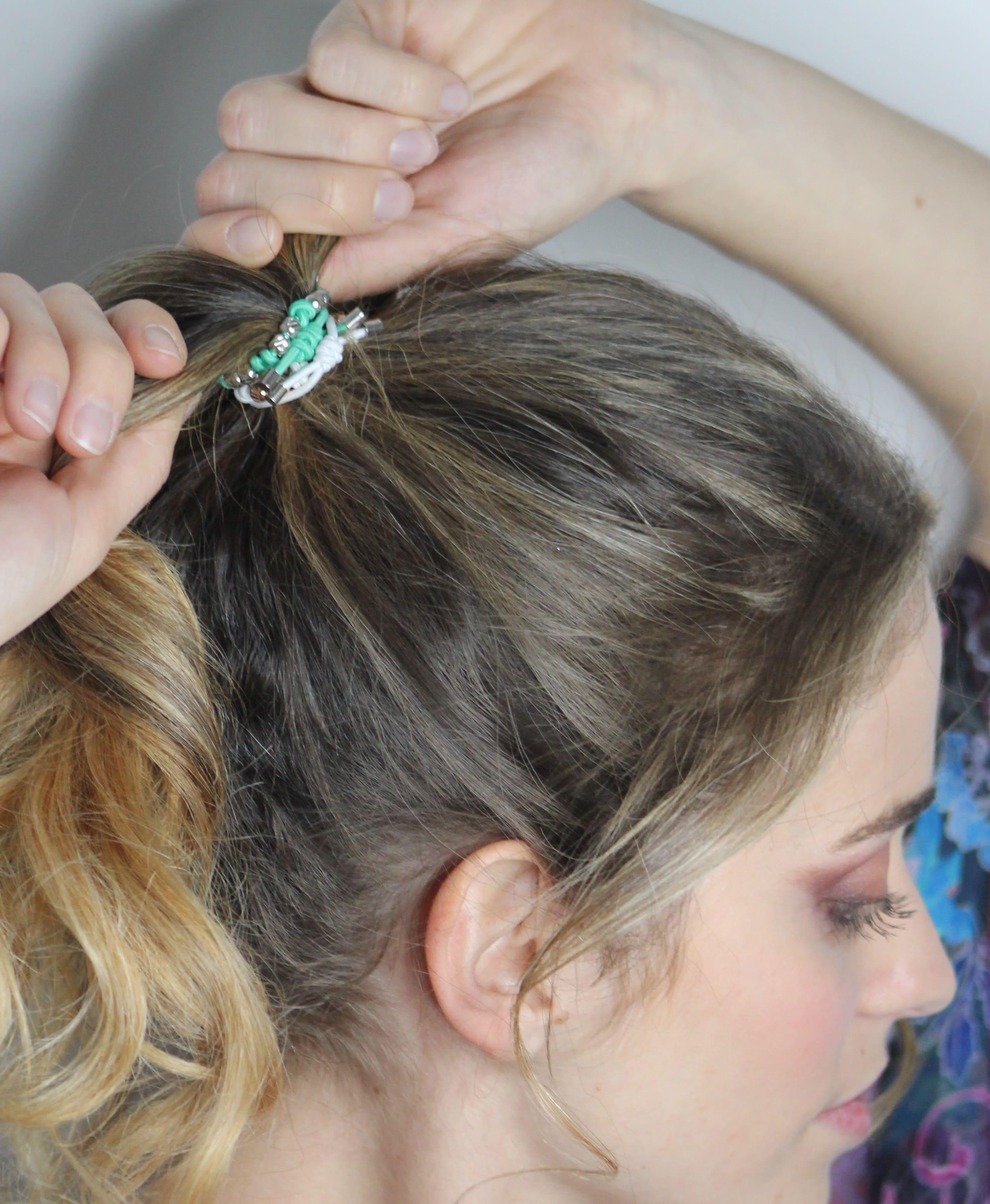 bracciale verde tiffany indossato come elastico per capelli