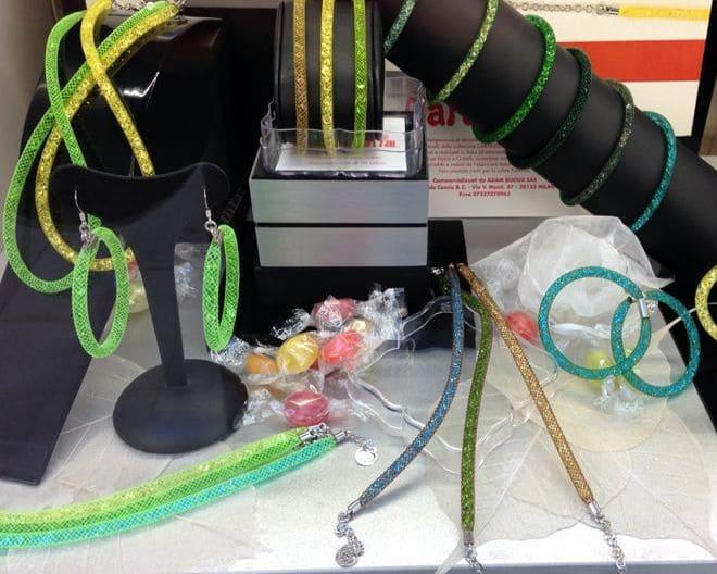 vetrina con gioielli verdi