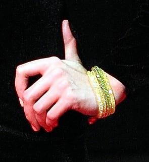 bracciali gialli argento 925 varie sfumature indossati.